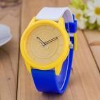 Blå gul vit klocka av märket O&Q