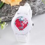 Röd hjärta på vit urtavla, vitt klockhus och silikonarmband