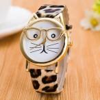 Katt med guldfärgade glasögon, leopardmönstrat armband, japanskt urverk